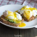 Śniadanie z jajkiem i łososiem