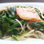 Makaron Chow Mein z łososiem, szpinakiem i szparagami
