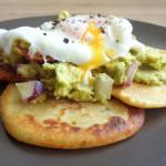 Pancakes z mąki z ciecierzycy z guacamole i jajkiem