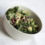 Superfoods – sałatka z jarmużem, komosą ryżową, żurawiną i pestkami