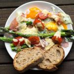 Pieczone szparagi z jajkiem i szynką parmeńską