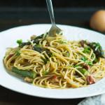 Spaghetti à la carbonara z pieczonymi szparagami