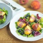 Sałatka z brzoskwiniami i szynką parmeńską