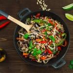 Makaron ryżowy z chrupiącymi warzywami