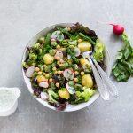 Zielona sałatka z młodymi ziemniaczkami i ciecierzycą