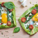 Zielone naleśniki z jajkiem, szparagami i kozim twarożkiem