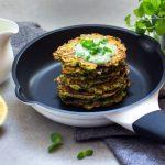 Szybkie placki z cukinii z ziołowym sosem