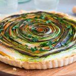 Spiralna tarta z warzywami i ogórkowym dipem