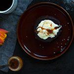 Czekoladowy fondant z masłem orzechowym i solonym karmelem
