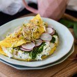 Omlet z ziołowym twarożkiem i pesto z liści rzodkiewki