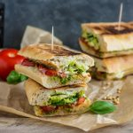 Włoskie panini z pesto, mozzarellą i pomidorami