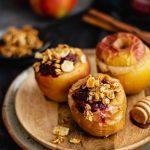 Pieczone jabłka z migdałowym budyniem z kaszy jaglanej