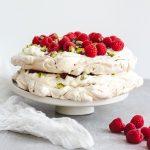 Tort bezowy z różanym kremem