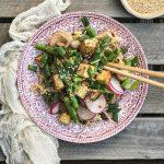 Szybki makaron z tofu, szparagami i pieczarkami w sezamowym sosie